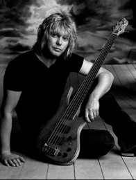 photo-Rick-Savage-bass-player-Def-Leppard